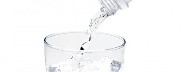 コップに水を注ぐ