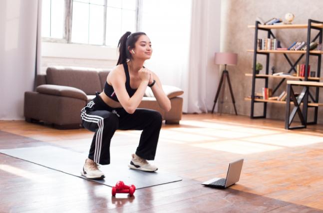 女性がスクワットトレーニングをする