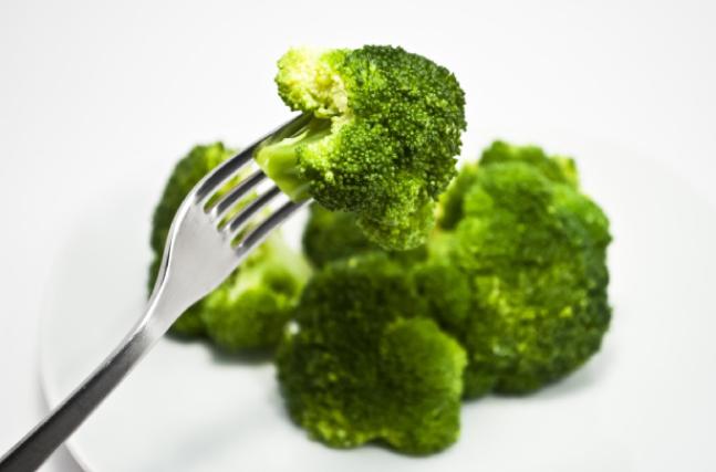 ブロッコリーを食べる