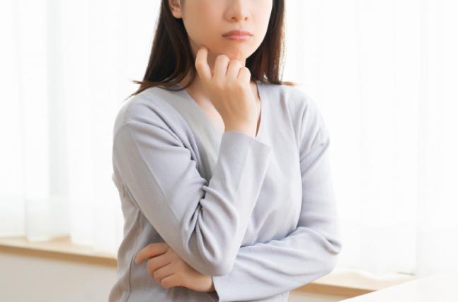 困った顔する女性