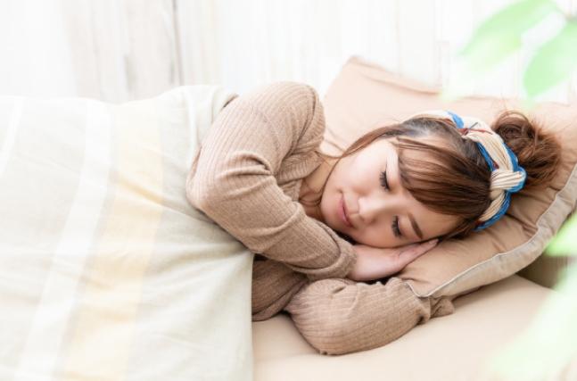 よく寝る女性