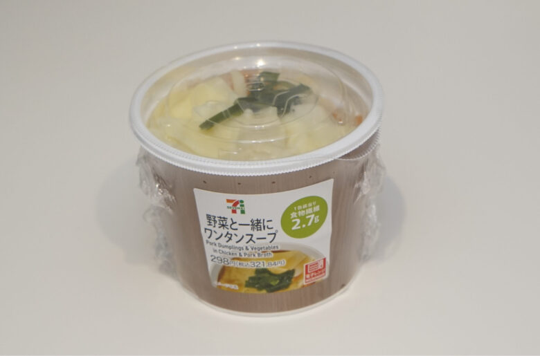 野菜と一緒にワンタンスープ